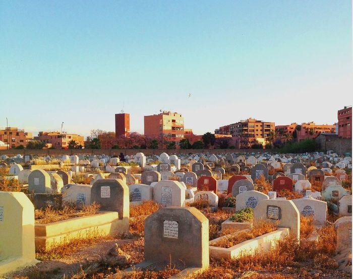 Nằm ngủ thấy nghĩa địa của địa phương cho thấy bạn đang cảm thấy rất mệt mỏi