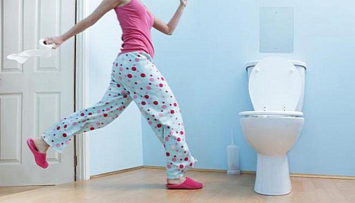 Hình ảnh bạn thân đi vệ sinh bị trượt ngã cho thấy người thân trong gia đình bạn đang cần tới sự giúp đỡ