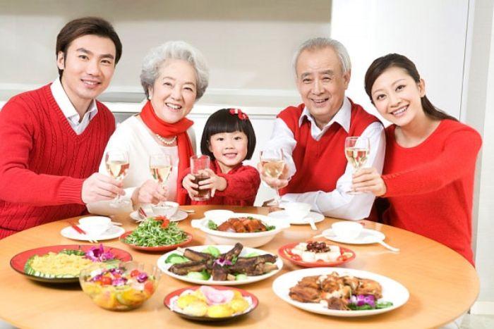 Trong trường hợp bạn mơ thấy đang cùng người cha đã mất ngồi ăn cơm thì hãy cẩn thận