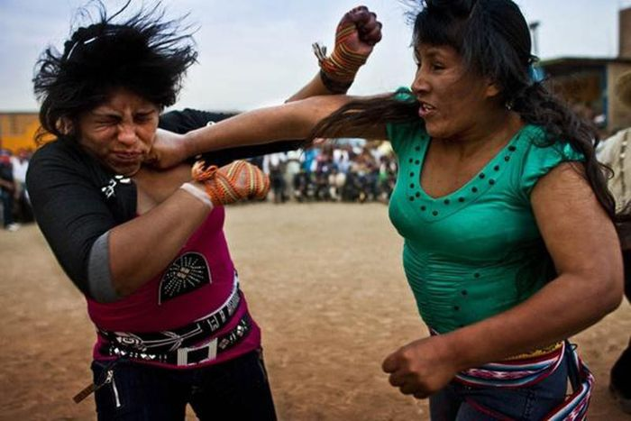 Nằm mộng thấy hai người phụ nữ đánh nhau cho thấy bạn vướng vào rắc rối