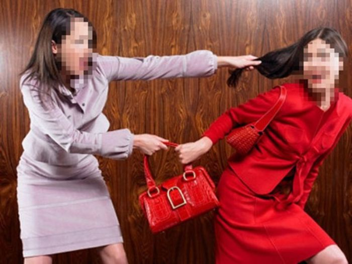 Chiêm bao thấy hai người phụ nữ tranh giành một chiếc túi chọn số lô đề 19 - 07