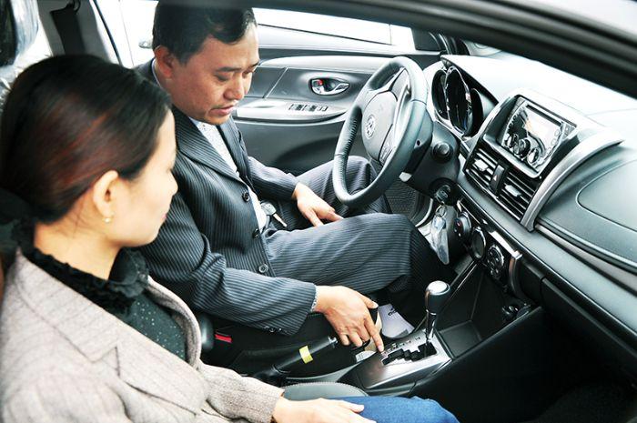 Nằm mộng thấy học lái xe ô tô thể hiện rằng bạn đang có một quyết định mạo hiểm nào đó