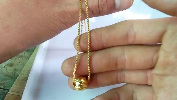 Ngủ mơ thấy được chị gái tặng dây chuyền vàng bạn chắc chắn trong thời gian sắp tới bạn sẽ nhận được rất nhiều may mắn