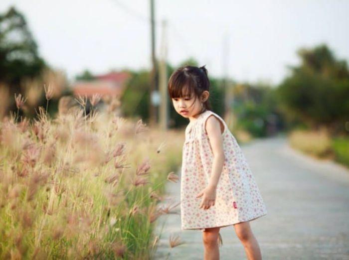 Mơ thấy bé gái nhỏ đi trên đường