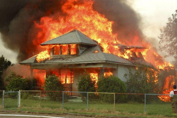 Nằm ngủ thấy nhà mình bị cháy là điềm báo vô cùng xấu dành cho chủ nhân