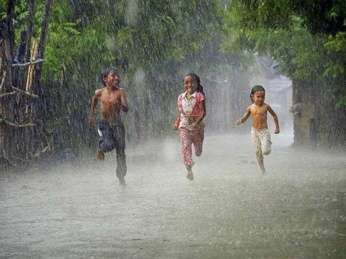 Thấy lội nước và tắm mưa cùng bạn là giấc mơ đặc biệt