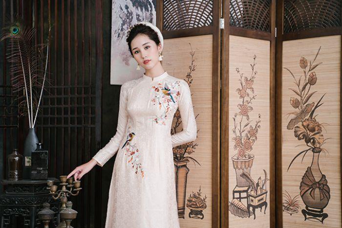 Áo dài Việt Nam xuất hiện trong mơ là điềm báo bạn chuẩn bị nhận được lời mời đi họp mặt bạn cũ