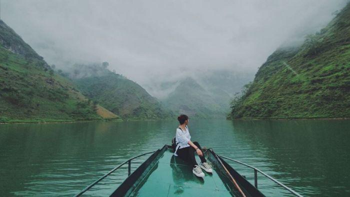 Nằm mơ thấy mình đi thuyền trên sông thì đây là chiêm bao không mấy tốt lành
