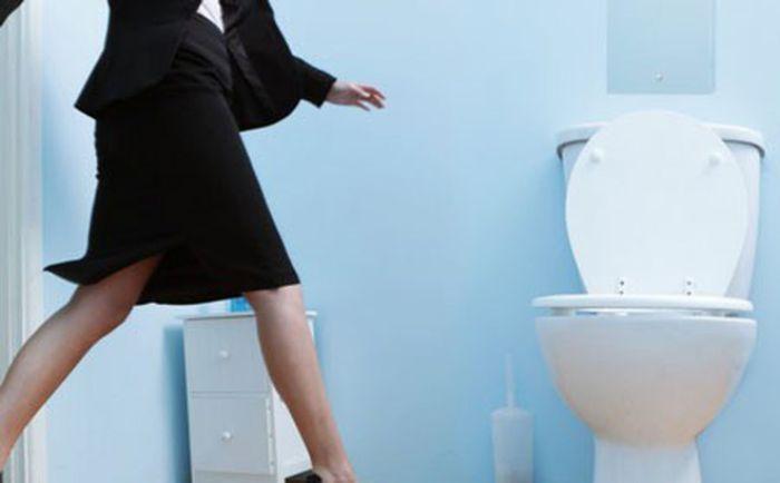 Nằm mơ thấy hình ảnh người khác đi vệ sinh chứng tỏ bạn là một con người khá tọc mạch