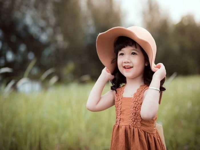 Những em bé gái xinh xắn luôn luôn được mọi người yêu thương, chiều chuộng